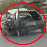 Locuras en Rusia: Un auto destrozado circulando