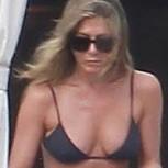 Jennifer Aniston y Courtney Cox paparazeadas en bikini durante vacaciones