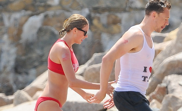 Comprometedoras fotos: Taylor Swift exhibe su amor con Tom Hiddleton en la playa