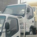 Ciudadano chino es multado por conducir con camiones apilados uno encima del otro