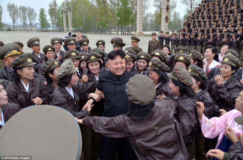 Fotos de Kim Jong-un con mujeres soldado: ¿Emocionadas o