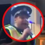 Policía entra a un bar a calmar una pelea y termina luciéndose en el karaoke