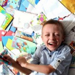 Conmovedora campaña: Niño con cáncer recibe 700 tarjetas de cumpleaños