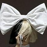 A Sia se le vio la cara durante un show: El viento le jugó una mala pasada
