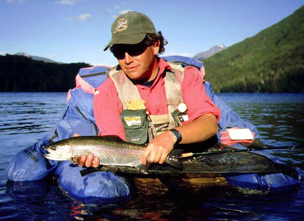 Sujetando una trucha Arcoiris pescada con Ernie Scud