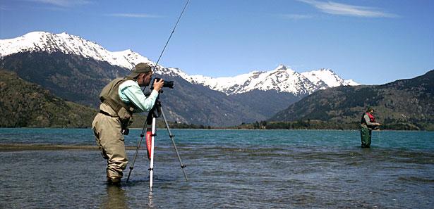 Pescadores con mosca realizando fotografía outdoor
