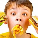 Estudio lo avala: Exceso de comida chatarra provocaría bajo rendimiento escolar