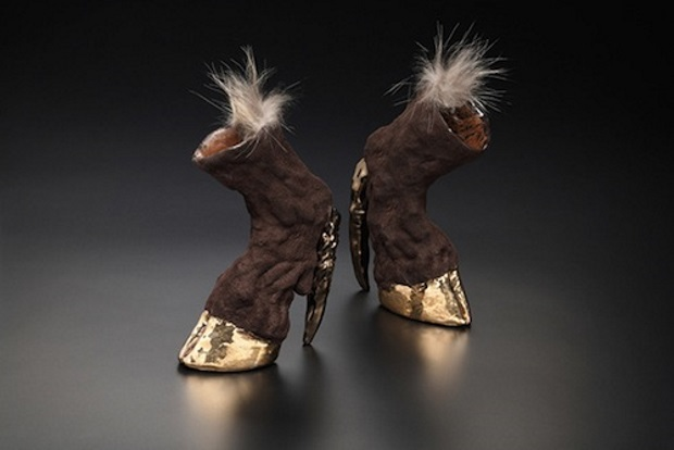 Para caminar con varios caballos de fuerza, los zapatos más feos del mundo inspiración equina