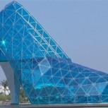 Construyen una iglesia con forma de zapato para atraer mujeres