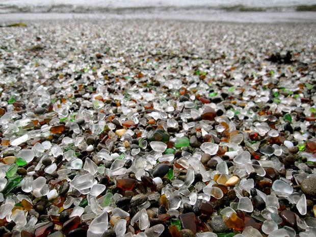 """Conoce la """"playa de Cristal"""" formada con desechos."""