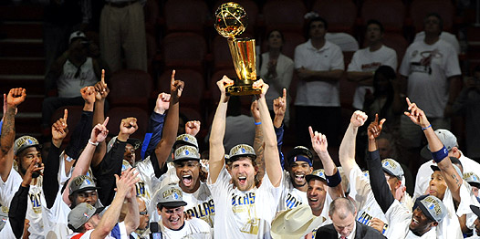 Dallas Mavericks y el trofeo de Campeón de la NBA 2010-11
