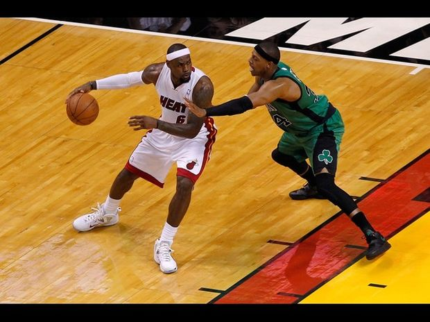 Miami derrota a Boston gracias a un inspirado Lebron James