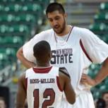 Jugador de 2,26 m revoluciona el básquetbol colegial en Estados Unidos