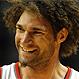 """Robin Lopez, de Portland Trail Blazers, se enfrenta """"a golpes"""" con todas las mascotas de la NBA"""