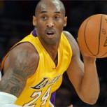 Kobe Bryant firma yeso de Jonas Valanciunas, a quien él mismo lesionó
