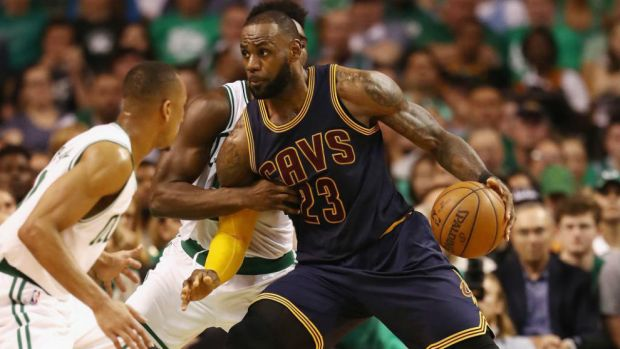 Lebron James aplasta a unos cansados Boston Celtics