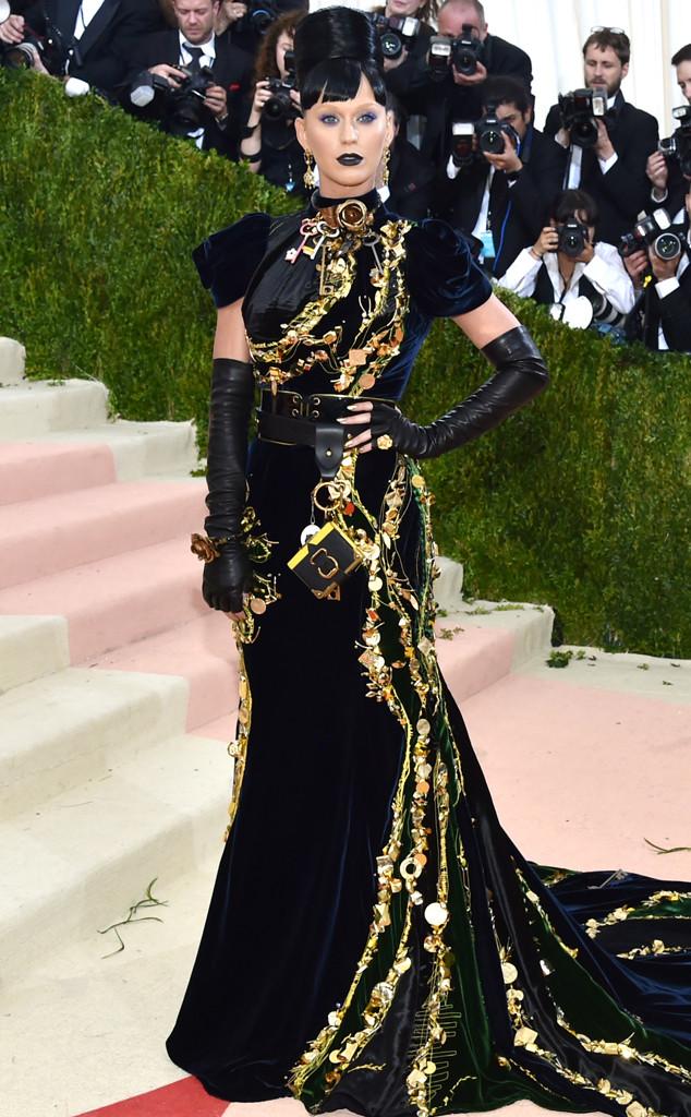 Katy Perry luce irreconocible en Gala MET: mira su singular look