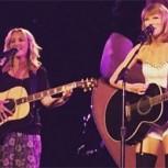 """Taylor Swift revoluciona las redes sociales cantando """"Smelly Cat"""" con Lisa Kudrow"""