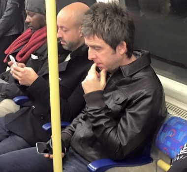noel gallagher celebridades en el metro