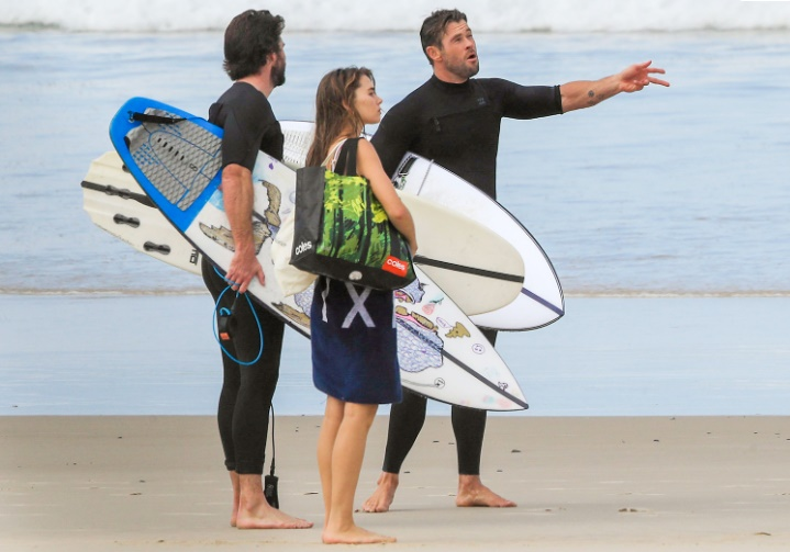 Los hermanos Hemsworth praacticando surf, en las playas de Byron Bay