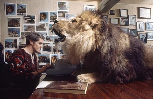 Noel Marshall roar con un leon en la casa