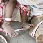 Padres atan a bebé de 15 meses a una piedra para salir a trabajar: Impacto por imagen