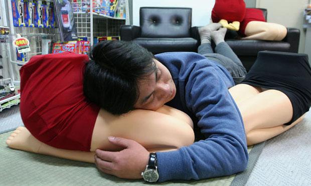 almohadas piernas femeninas