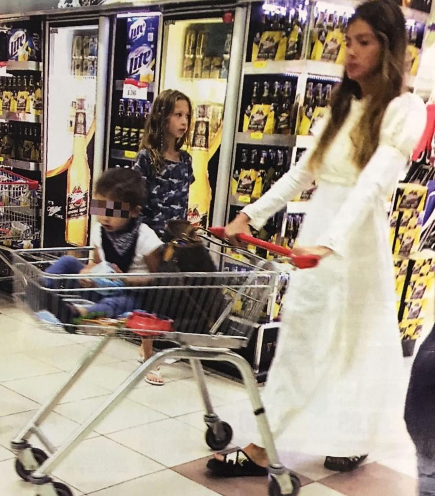El osado look de la china su rez para ir al supermercado for Revistas del espectaculo argentino