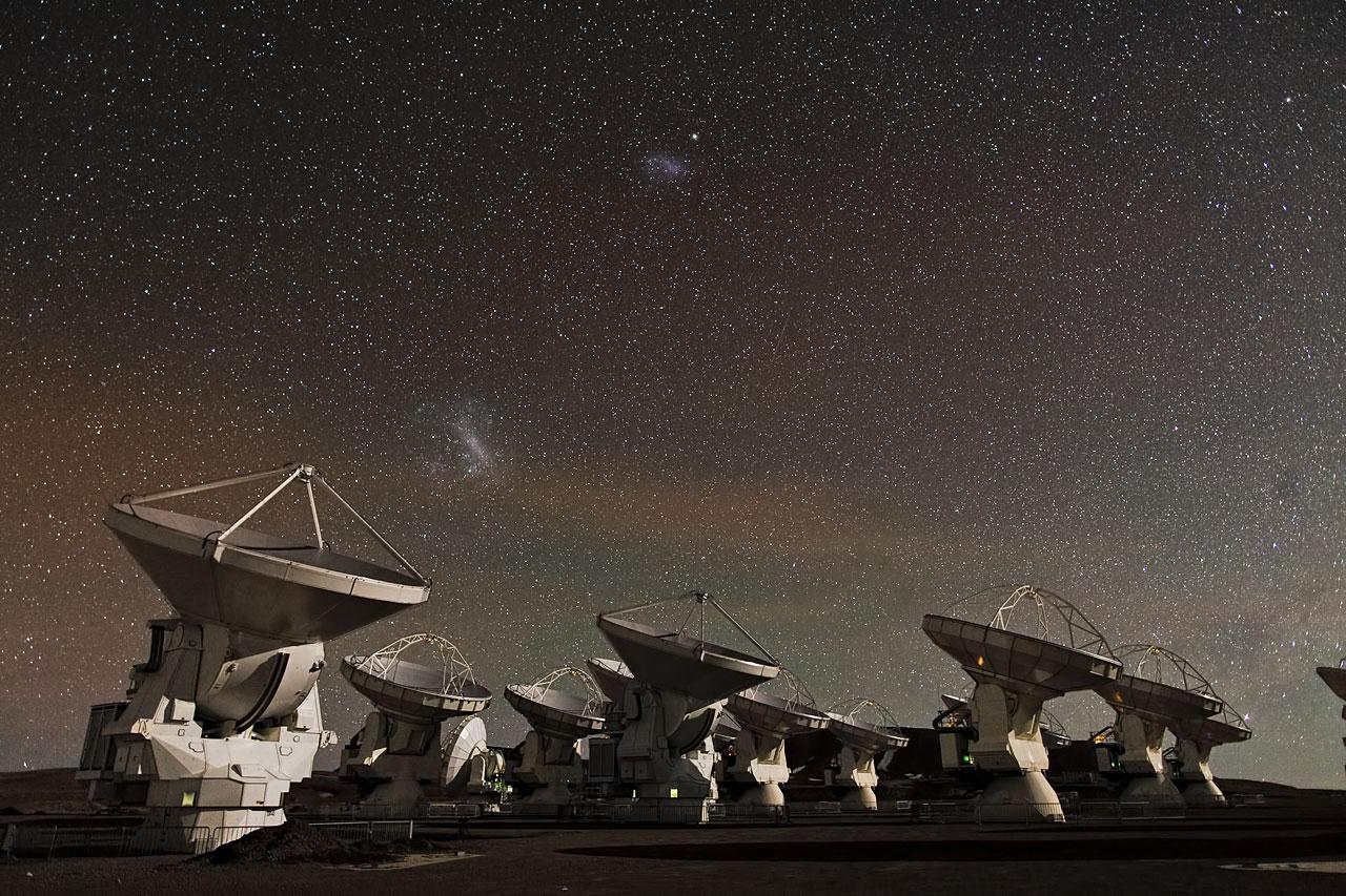 Cuatro antenas de ALMA a  5000 metros altura sobre el nivel del mar, en la planicie de  Chajnantor,  Segunda Región de Chile. En el fondo la Vía Láctea, nuestra galaxia, visto en dirección hacia su centro. Es el objeto astronómico más grande que podemos apreciar en nuestros cielos: se extiende por los 360 grados de la circunferencia celestial. Seguramente ya ha impresionado a hombres antiguos de todas las culturas