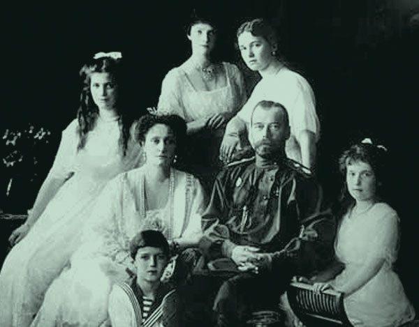 El Zar Nicolás II, junto a su esposa, la emperatriz Alejandra, y sus cinco hijos.