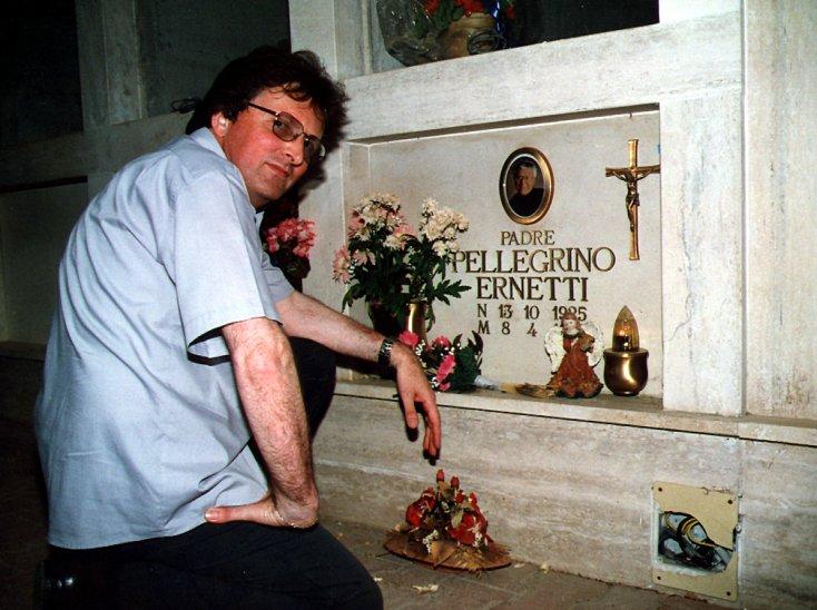 La tumba donde descansan los restos del padre Marcello Pellegrino Ernetti.