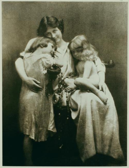La bailarina y coreógrafa Isadora Duncan con sus hijos Deirde y Patrick, quienes fallecerían en 1913 en un accidente automovilístico en el río Sena.