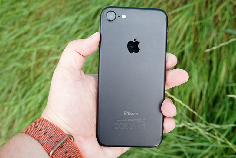 smartphone iPhone-7-Back-in-hand-780x521
