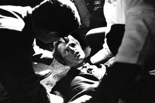 Madrugada del 5 de junio de 1968. El senador Robert Kennedy, tras recibir un disparo, yace moribundo en el suelo del Hotel Ambassador, en Los Ángeles.