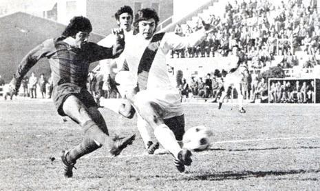 El delantero chileno Carlos Caszely marcando un gol para el Levante en 1973.