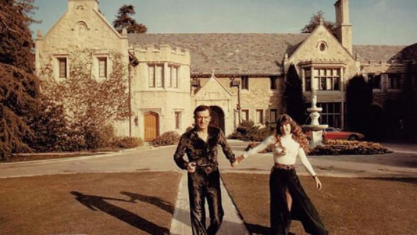 Hugh Hefner junto a su esposa, después de comprar la mansión Playboy en 1971.