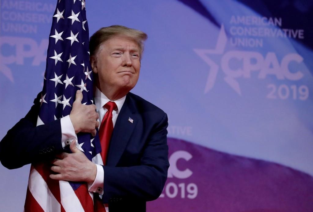 presidente-donald-trump-abrazando-una-bandera-pais-