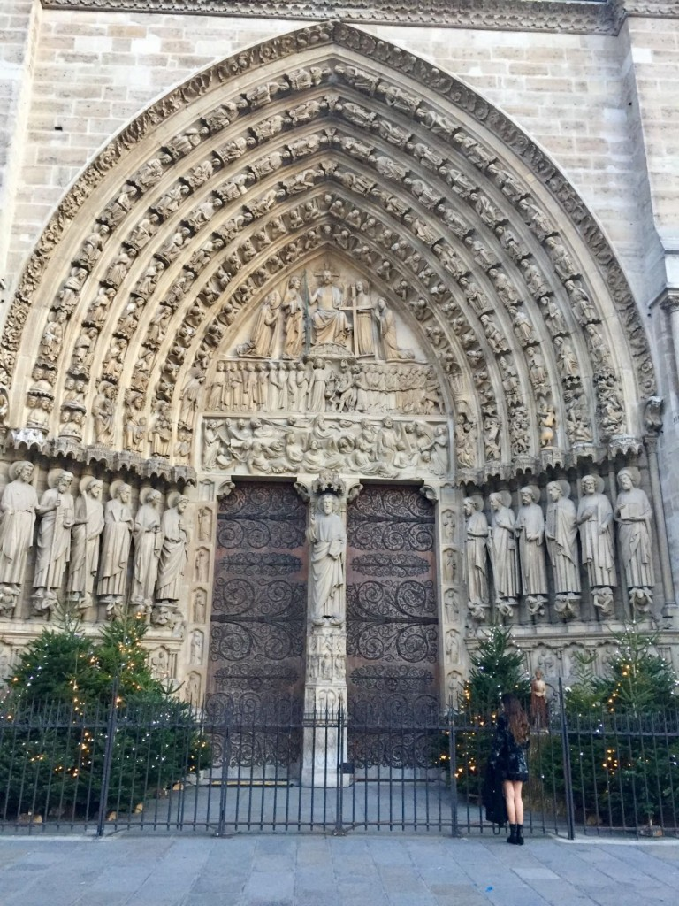 la puerta de Santa Ana en la Catedral de Notre Dame.
