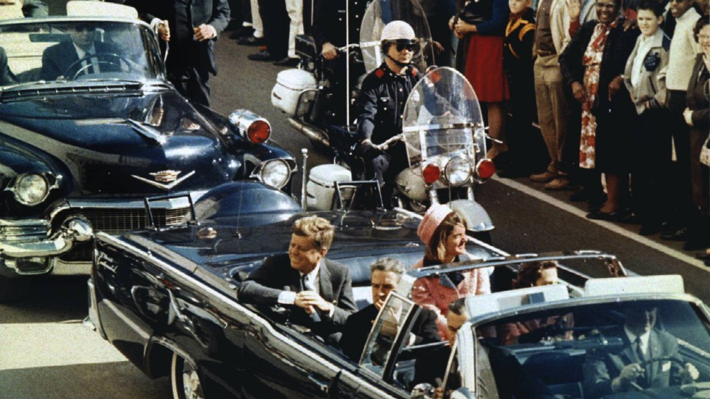 El Presidente John F. Kennedy antes de ser asesinado en una de las calles de Dallas.