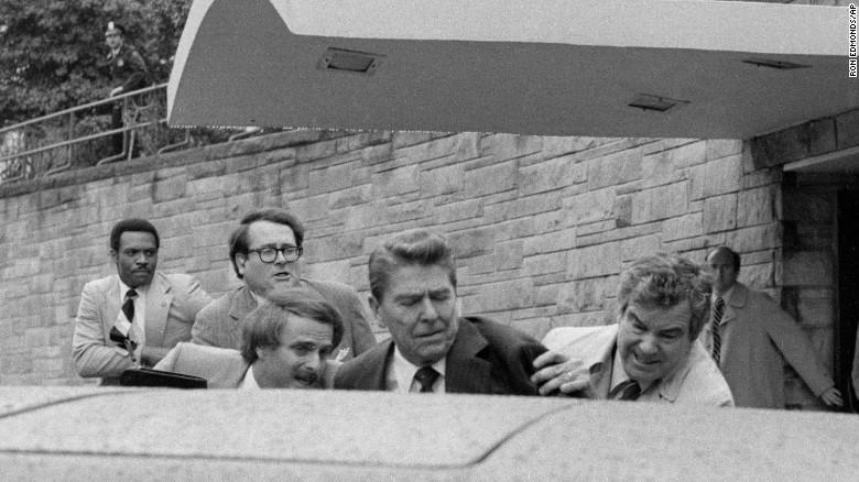 Ronald Reagan fue el primer presidente de Estados Unidos en servicio que recibió un disparo y sobrevivió a un intento de asesinato.