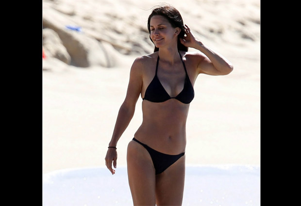 Famosas 40 bikini