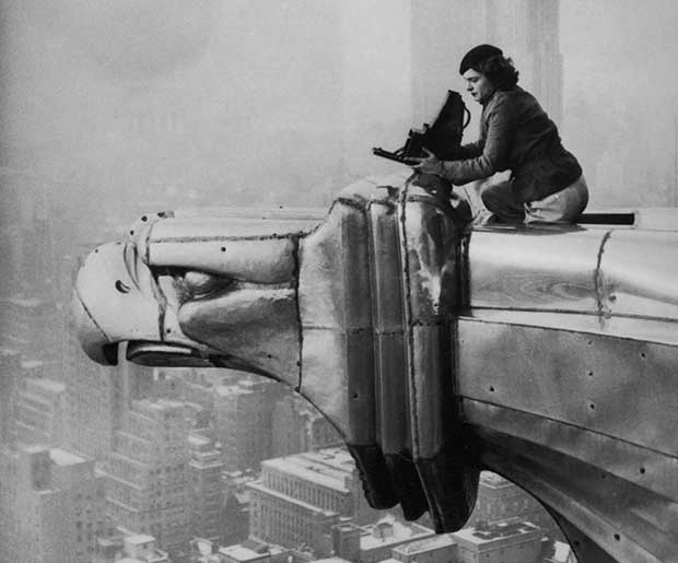 Margaret Bourke-White, una fotógrafa, escalando el edificio Chrysler. [1934].