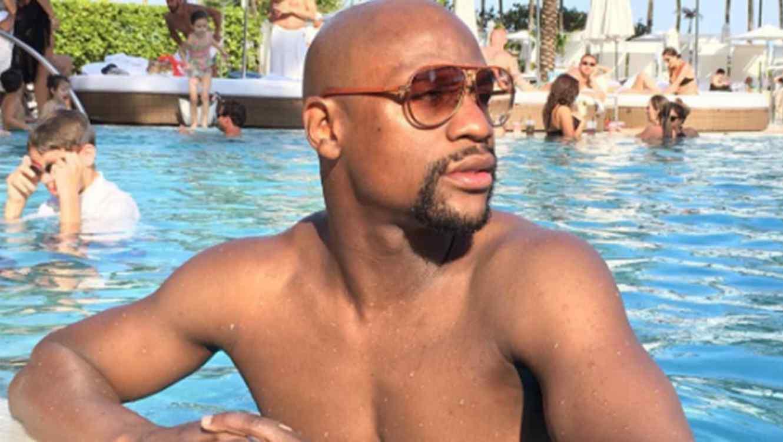 floyd mayweather en la piscina y con mujeres en bikini