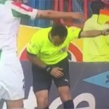 """Juez de línea chileno se retorció """"de dolor"""" por un débil pelotazo: Críticas por exagerada reacción"""