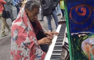 Vagabundo deslumbra tocando pieza de piano en pleno centro de Santiago