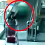 Impacto: Mujer muere aplastada por carro de supermercado a gran velocidad