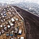 """El """"Muro de la vergüenza"""" en Lima: La barrera que separa a los ricos de los pobres"""