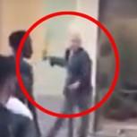 Uno contra 30: Este hombre se enfrentó con un machete a turba que quería saquear su negocio