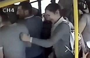 Video: Mujeres dan feroz paliza a hombre tras acoso sexual a una de ellas en un bus