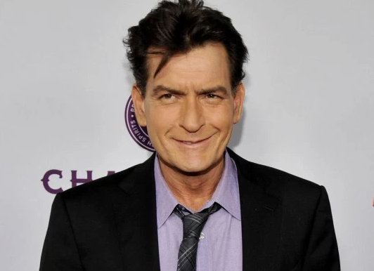 "Sheen alcanzó la fama con el personaje calcado a si mismo en ""Two and a half men"". Foto ElDesconcietto.cl"